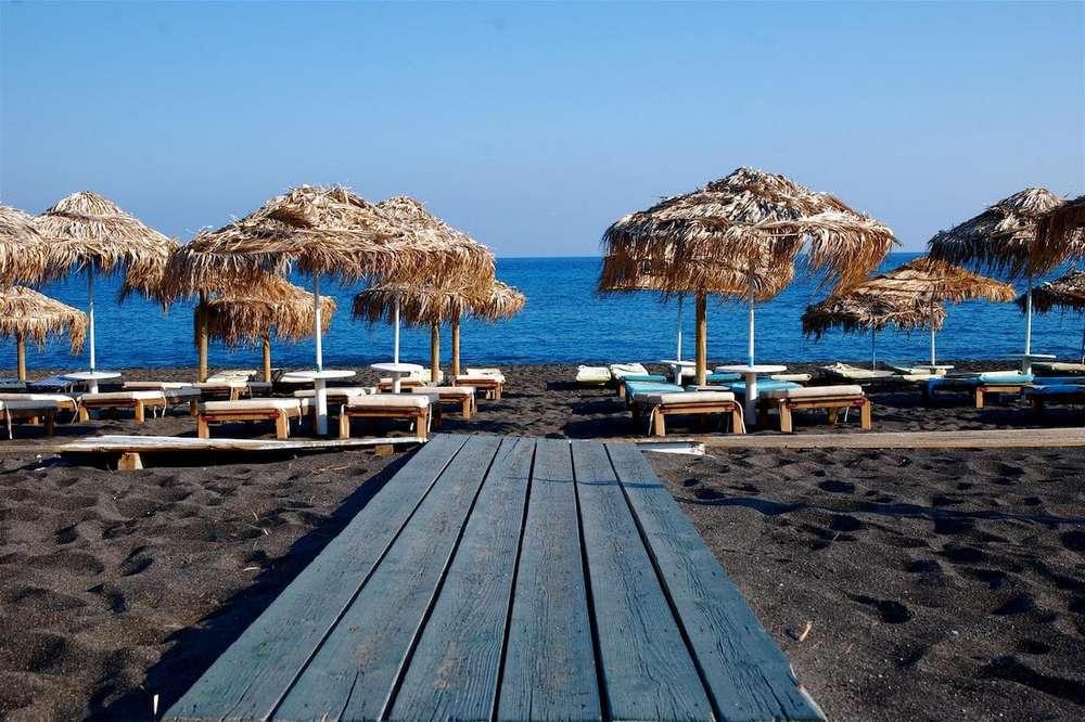Отдых на острове Санторини-пляж с черным песком
